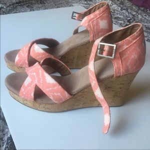 TOMS coral geometric wedges